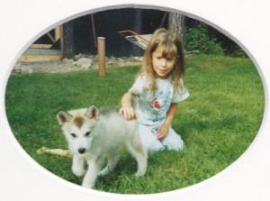 Lilla Emelie klappar valpen Mitzi - som senare blev min bästa ledarhund genom tiderna, som både jag och resten av familjen hade en enormt bra kontakt med.
