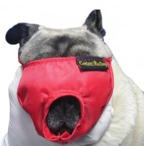 Det är en munkorg som täcker ögonen för att lugna vid exempelvis munbehandling av hunden. Den finns också i fler varianter att köpa.