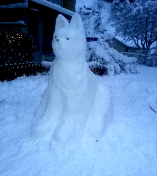 Det var ju en kissekatt! Ja, men självklart - den står ju utanför grannarna som har Rufus, Viljas bästa kompis, en lurvig röd katt. :-)