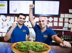 Ägarna Gökhan Özkan och Murat Ersöz. De här hårda knogarna har knådat sig fram till Sveriges bästa pizzor!