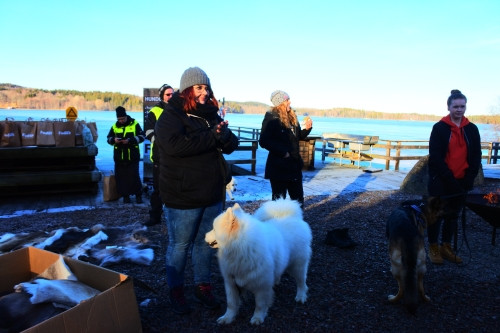 Nere vid bryggan på Paradis fiskecamp - där vi välkomnades varmt av Lennart